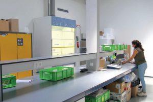 Rebecca Junior R&D-scientist in het lab